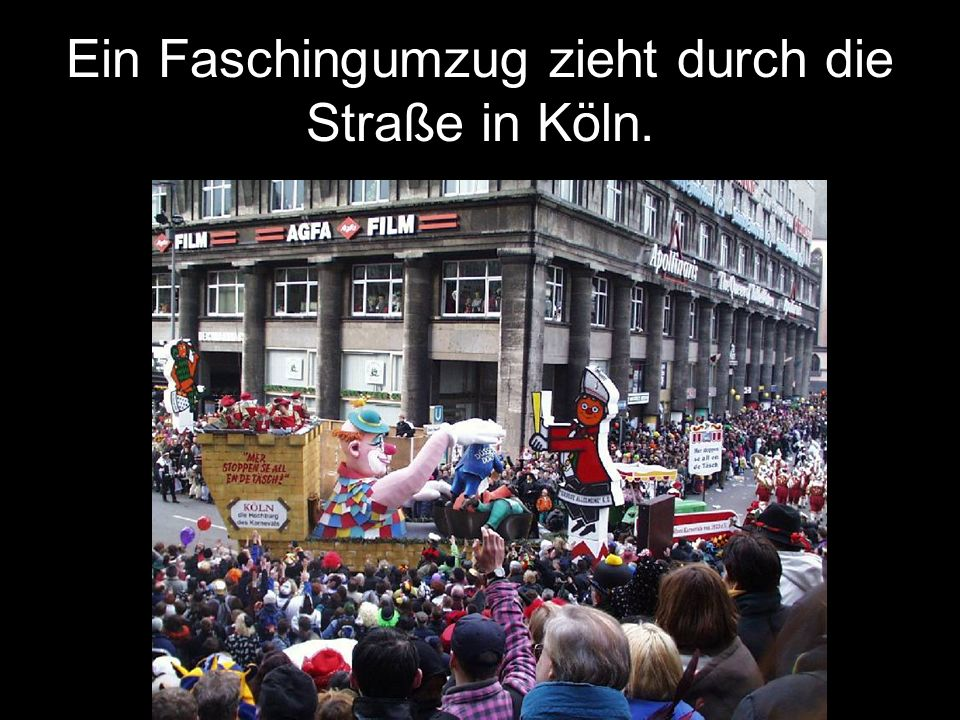 Ein Faschingumzug zieht durch die Straße in Köln.