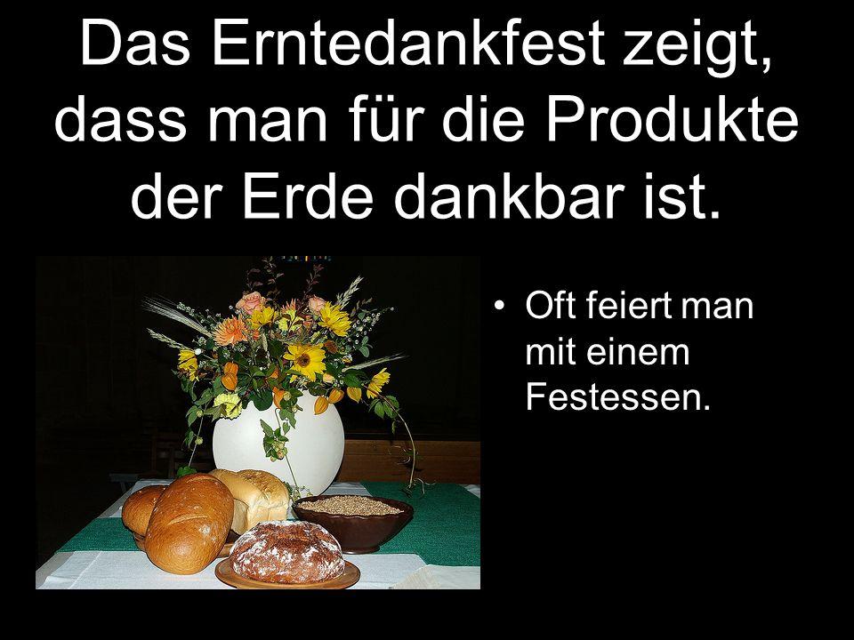 Das Erntedankfest zeigt, dass man für die Produkte der Erde dankbar ist. Oft feiert man mit einem Festessen.