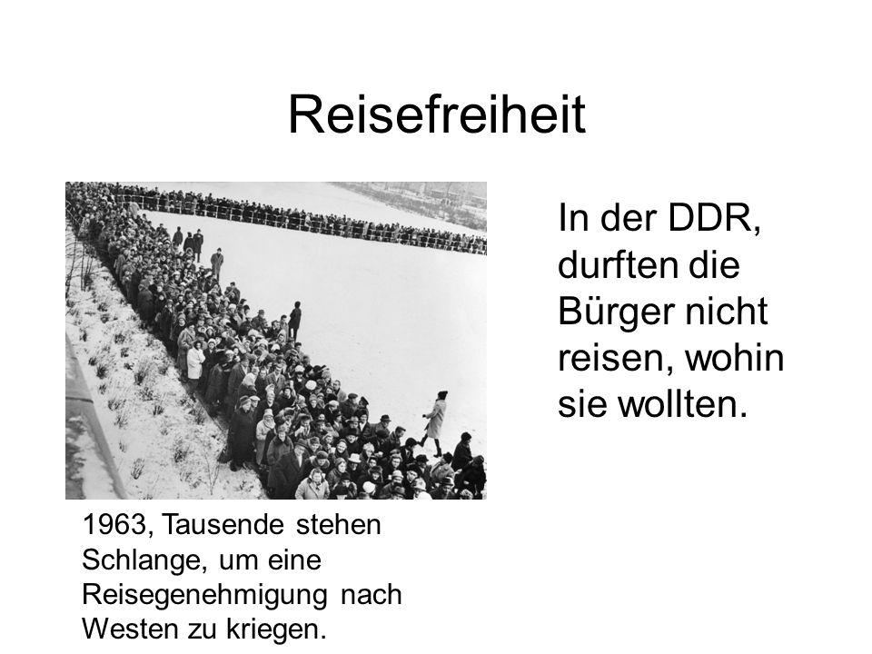 Reisefreiheit In der DDR, durften die Bürger nicht reisen, wohin sie wollten. 1963, Tausende stehen Schlange, um eine Reisegenehmigung nach Westen zu