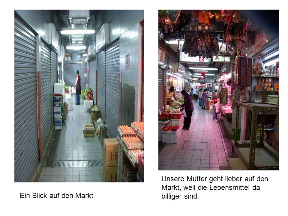 Ein Blick auf den Markt Unsere Mutter geht lieber auf den Markt, weil die Lebensmittel da billiger sind.