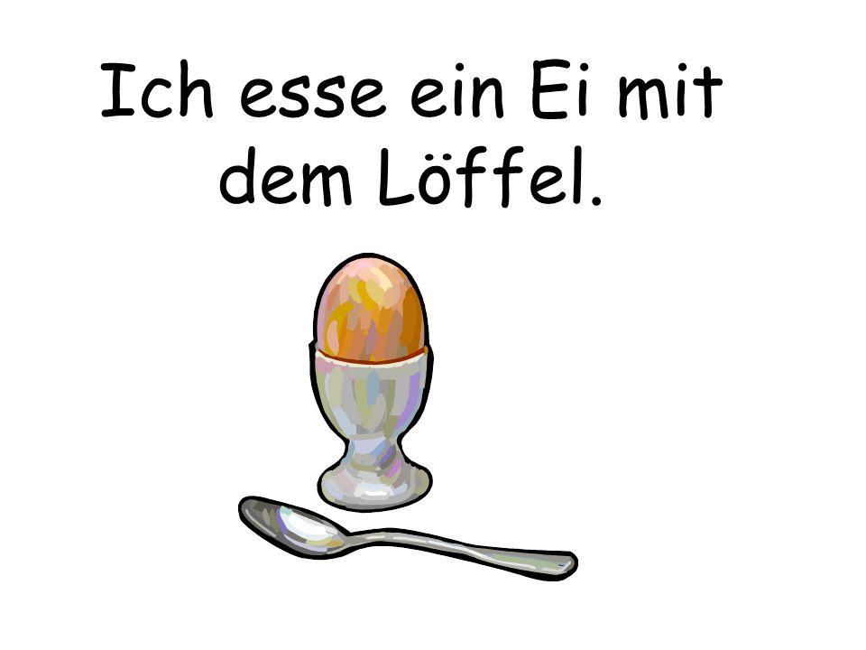 Ich esse ein Ei mit dem Löffel.