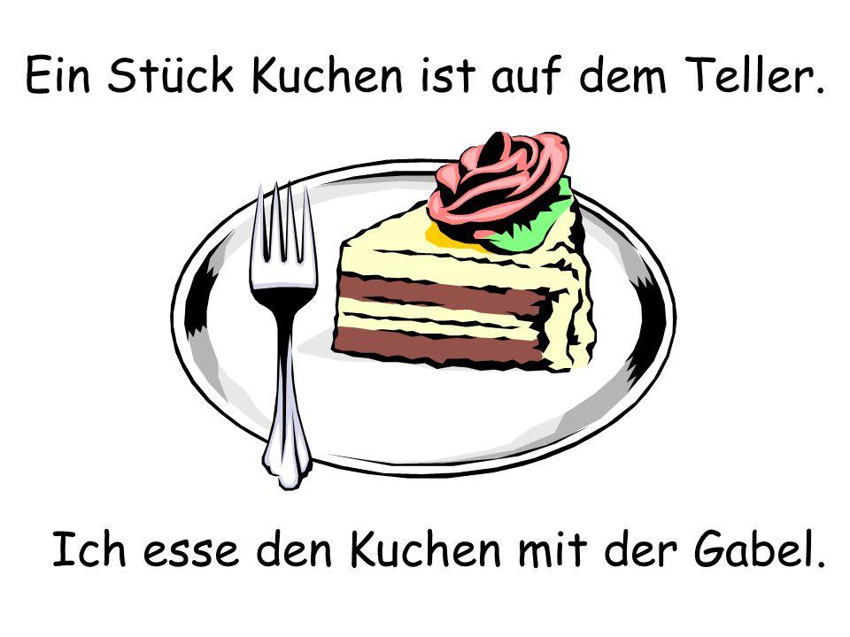 Ein Stück Kuchen ist auf dem Teller. Ich esse den Kuchen mit der Gabel.