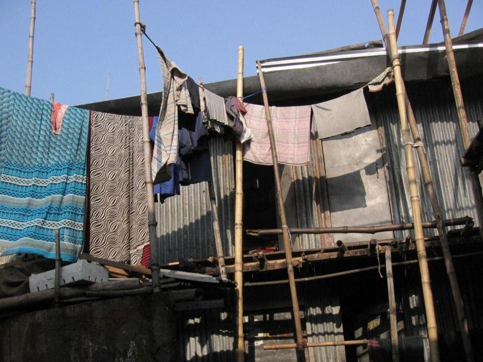 Ein kleiner Raum auf festem Untergrund mit Kochstelle und Wasser/Toilette, die von ca. 30 Menschen geteilt werden, kostet mindestens 18. Für einen ebe