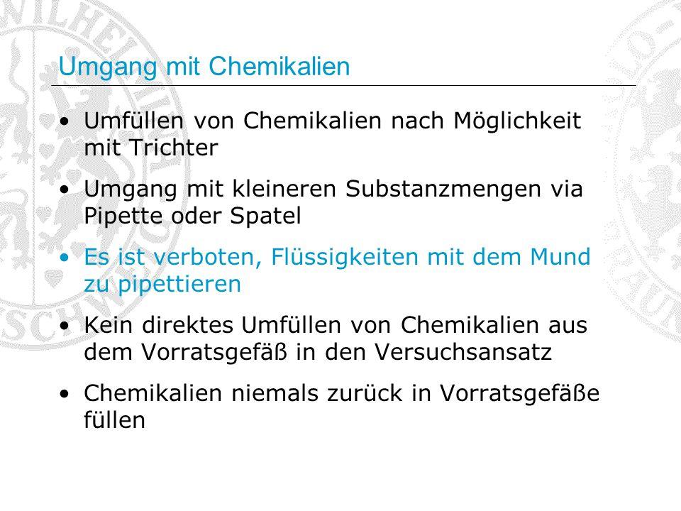 Umgang mit Chemikalien Umfüllen von Chemikalien nach Möglichkeit mit Trichter Umgang mit kleineren Substanzmengen via Pipette oder Spatel Es ist verbo