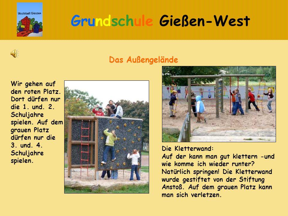 Grundschule Gießen-West Das Außengelände Die Kletterwand: Auf der kann man gut klettern -und wie komme ich wieder runter? Natürlich springen! Die Klet