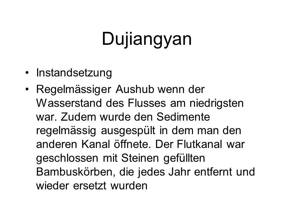 Dujiangyan Instandsetzung Regelmässiger Aushub wenn der Wasserstand des Flusses am niedrigsten war.