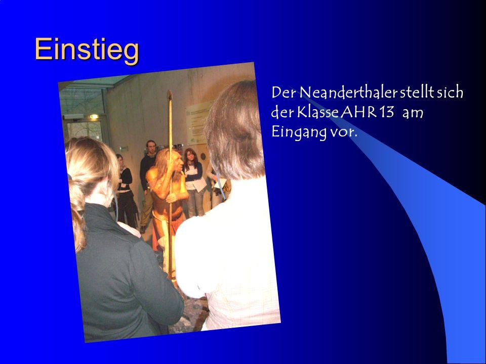 Einstieg Der Neanderthaler stellt sich der Klasse AHR 13 am Eingang vor.