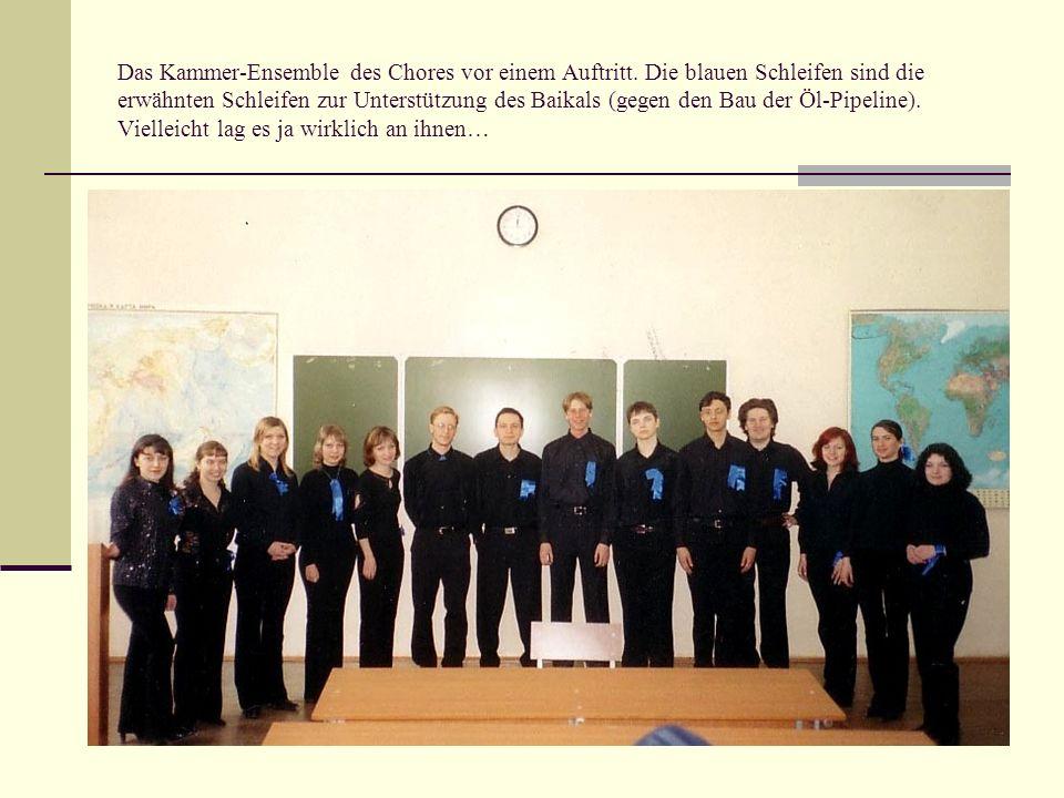 Das Kammer-Ensemble des Chores vor einem Auftritt. Die blauen Schleifen sind die erwähnten Schleifen zur Unterstützung des Baikals (gegen den Bau der