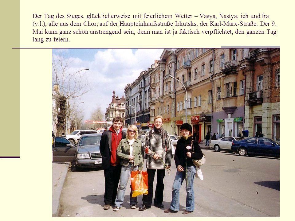Der Tag des Sieges, glücklicherweise mit feierlichem Wetter – Vasya, Nastya, ich und Ira (v.l.), alle aus dem Chor, auf der Haupteinkaufsstraße Irkuts