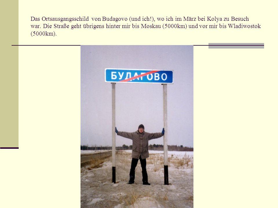 Das Ortsausgangsschild von Budagovo (und ich!), wo ich im März bei Kolya zu Besuch war. Die Straße geht übrigens hinter mir bis Moskau (5000km) und vo