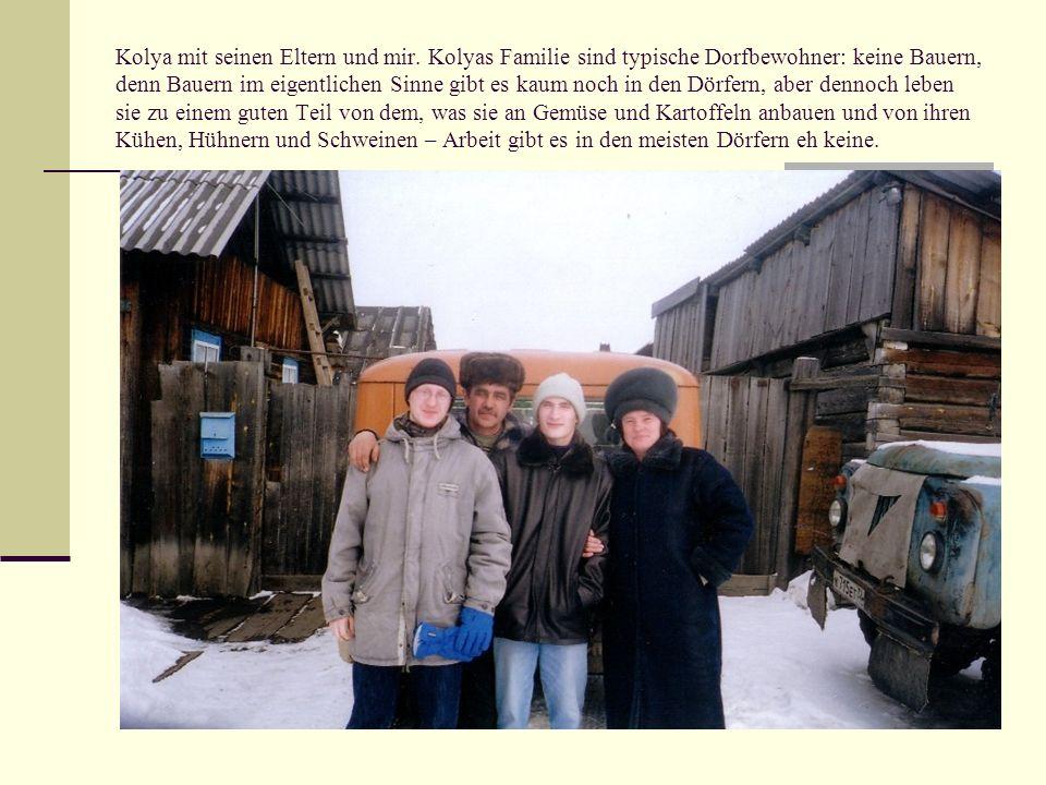 Kolya mit seinen Eltern und mir. Kolyas Familie sind typische Dorfbewohner: keine Bauern, denn Bauern im eigentlichen Sinne gibt es kaum noch in den D
