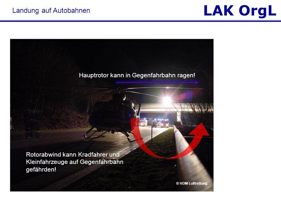 LAK OrgL Hauptrotor kann in Gegenfahrbahn ragen! Rotorabwind kann Kradfahrer und Kleinfahrzeuge auf Gegenfahrbahn gefährden! © HDM Luftrettung Landung