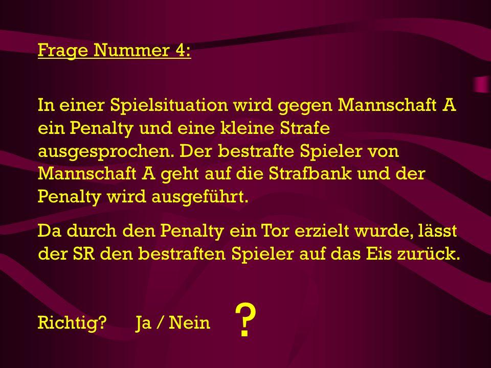 In einer Spielsituation wird gegen Mannschaft A ein Penalty und eine kleine Strafe ausgesprochen. Der bestrafte Spieler von Mannschaft A geht auf die