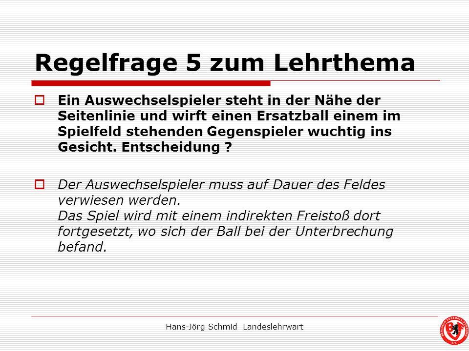 Hans-Jörg Schmid Landeslehrwart Regelfrage 5 zum Lehrthema Ein Auswechselspieler steht in der Nähe der Seitenlinie und wirft einen Ersatzball einem im