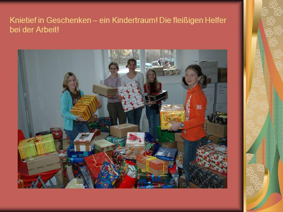 13.30 Uhr: Helfende Hände ordnen in der Mittagspause die Geschenke, sortieren an Einzelfamilien adressierte Päckchen aus und stapeln den Rest auf einen stabilen Haufen.