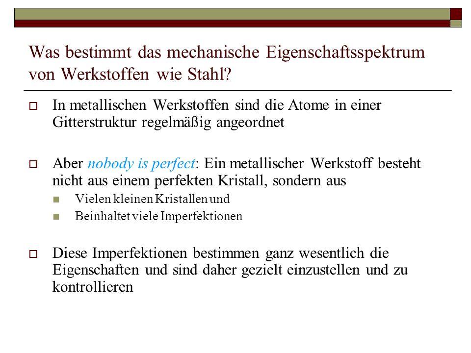 Was bestimmt das mechanische Eigenschaftsspektrum von Werkstoffen wie Stahl? In metallischen Werkstoffen sind die Atome in einer Gitterstruktur regelm