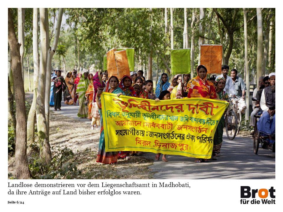Seite 6/24 Landlose demonstrieren vor dem Liegenschaftsamt in Madhobati, da ihre Anträge auf Land bisher erfolglos waren.