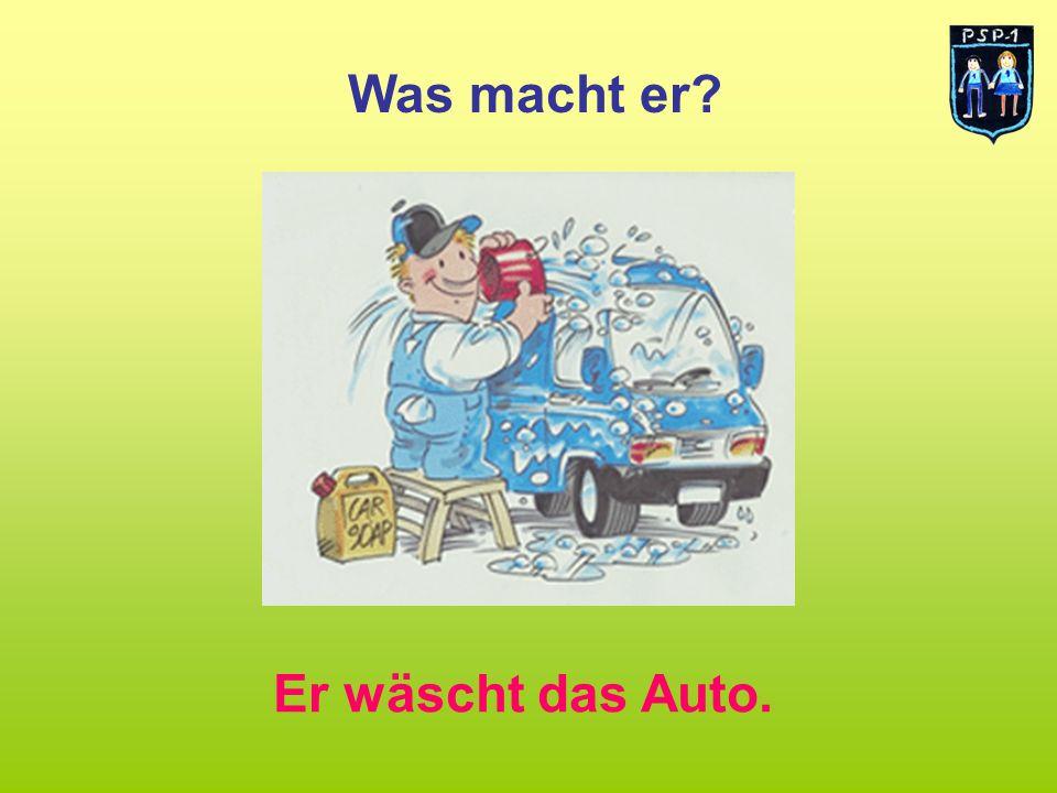 Was macht er? Er wäscht das Auto.