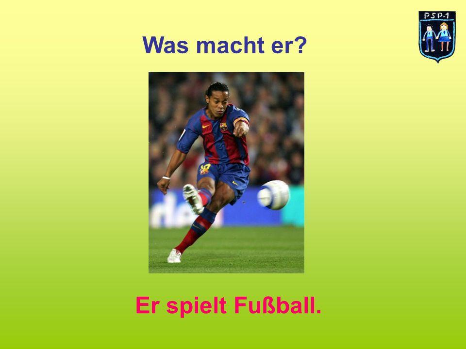 Was macht er? Er spielt Fußball.