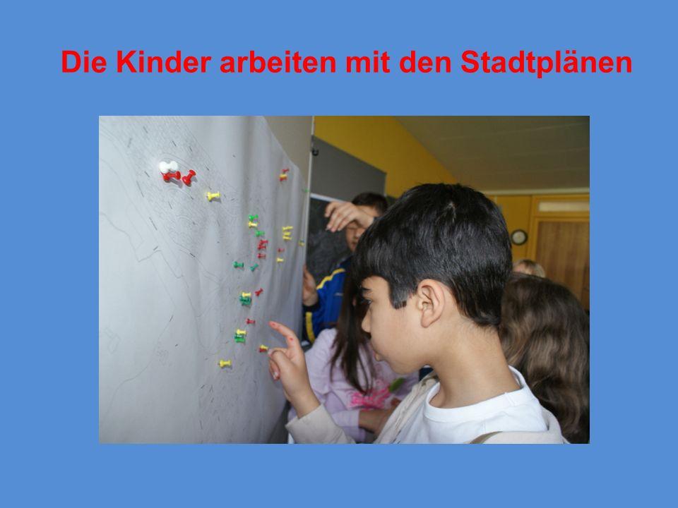 Materialien für das Projekt Alle Informationen zum Projekt www.familienbuendnis-waldkirch.de Arbeitshilfe zu den Stadtteildetektiven Materialkoffer mit Stiften, Mützen, Pins, Stadtpläne usw.
