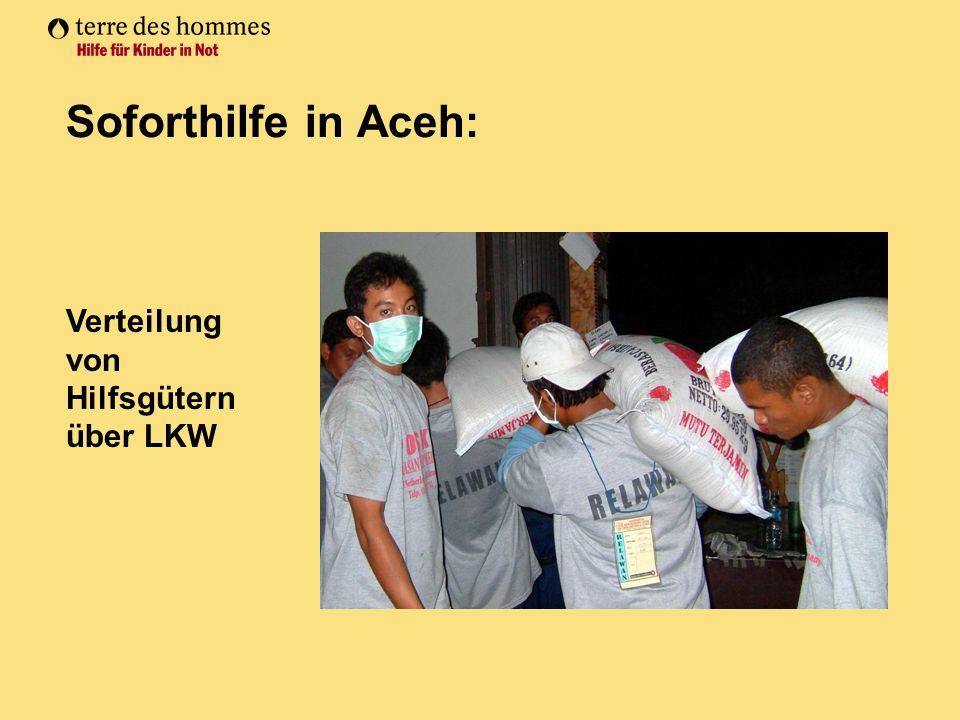 Soforthilfe in Aceh: Verteilung von Hilfsgütern über LKW