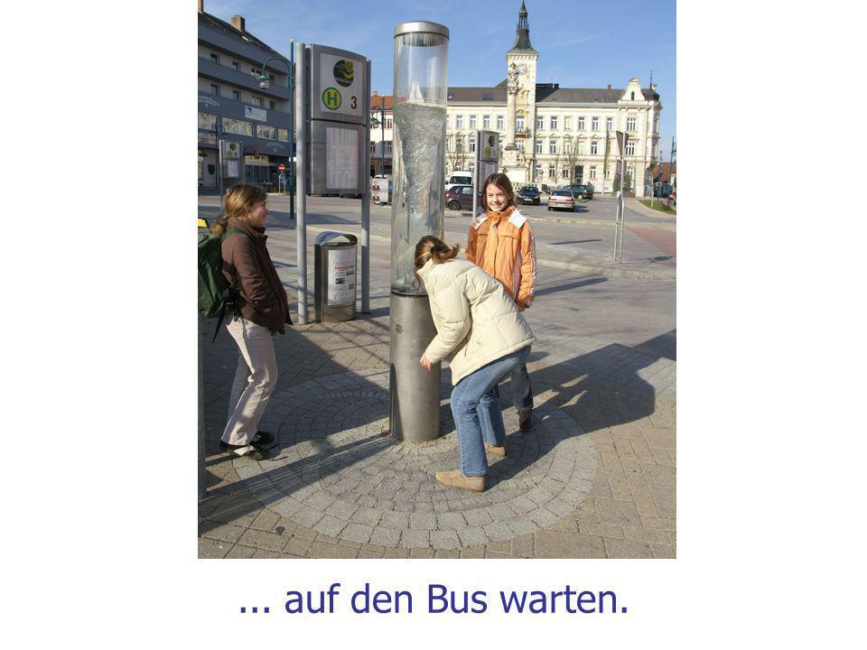 ... auf den Bus warten.