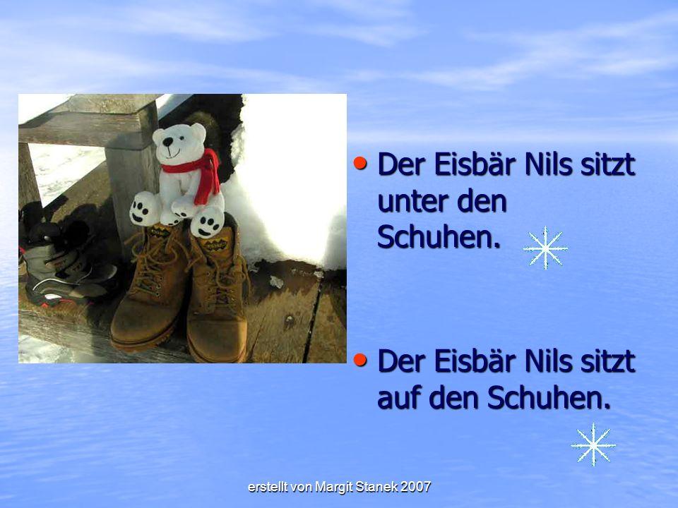 Der Eisbär Nils sitzt unter den Schuhen.Der Eisbär Nils sitzt unter den Schuhen.