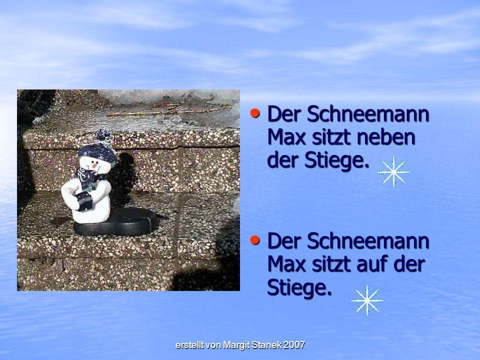 Der Schneemann Max sitzt neben der Stiege.Der Schneemann Max sitzt neben der Stiege.
