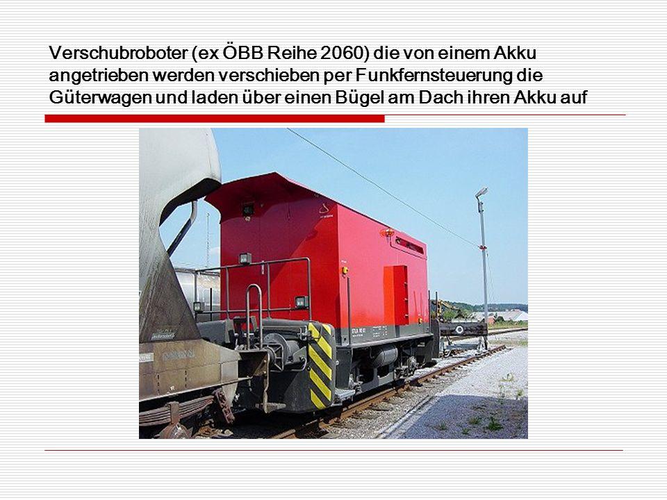 Verschubroboter (ex ÖBB Reihe 2060) die von einem Akku angetrieben werden verschieben per Funkfernsteuerung die Güterwagen und laden über einen Bügel am Dach ihren Akku auf