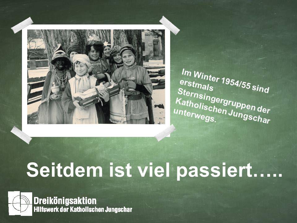 Im Winter 1954/55 sind erstmals Sternsingergruppen der Katholischen Jungschar unterwegs.