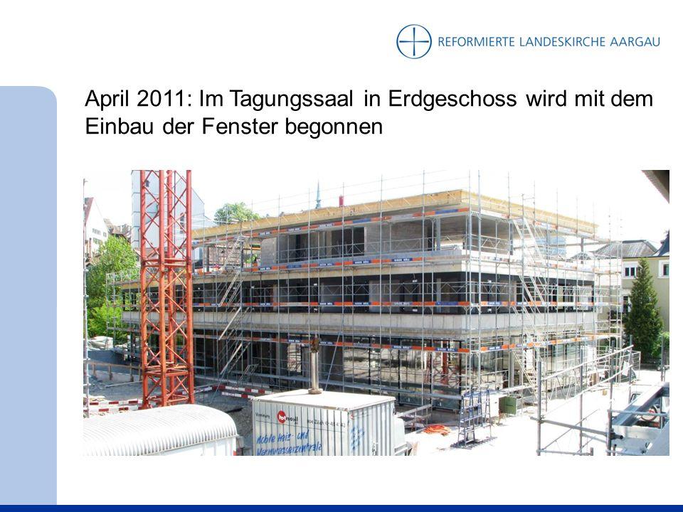 April 2011: Im Tagungssaal in Erdgeschoss wird mit dem Einbau der Fenster begonnen