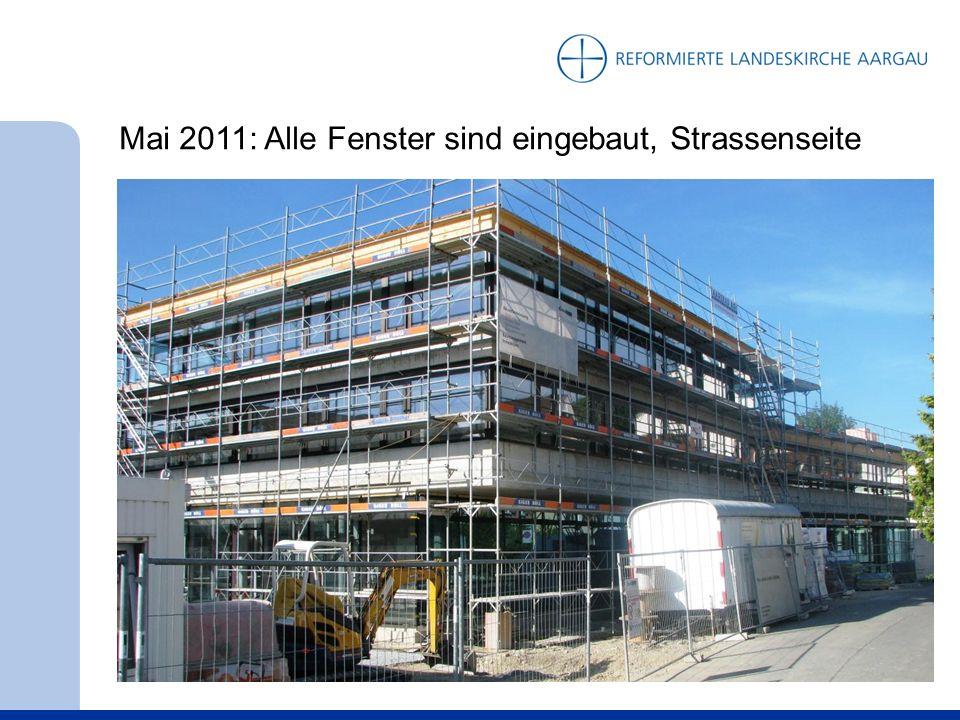 Mai 2011: Alle Fenster sind eingebaut, Strassenseite