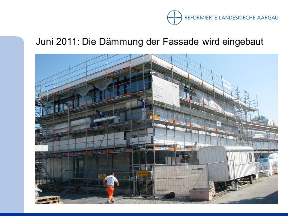 Juni 2011: Die Dämmung der Fassade wird eingebaut