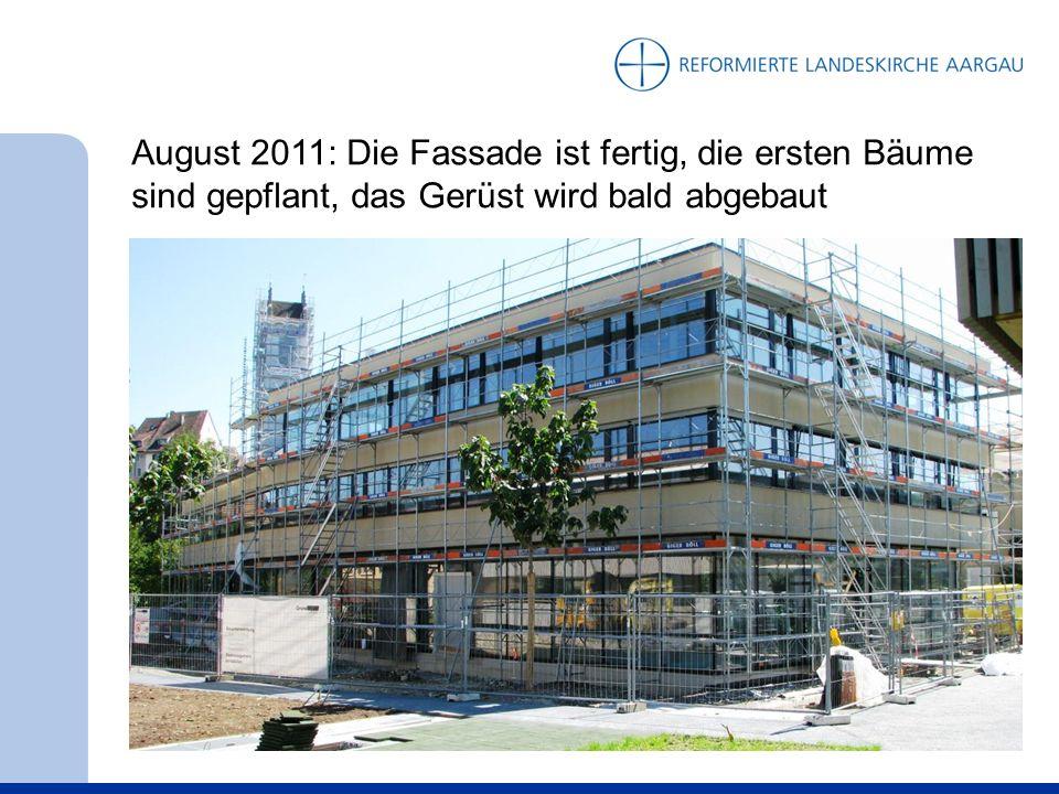 August 2011: Die Fassade ist fertig, die ersten Bäume sind gepflant, das Gerüst wird bald abgebaut