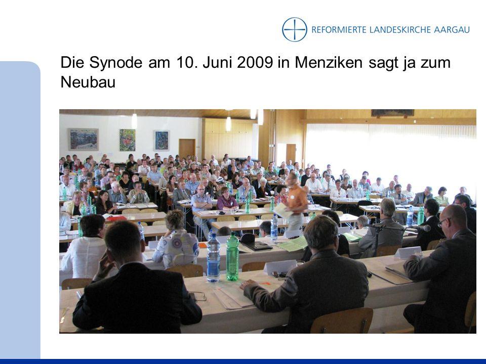 September 2011: Der Kirchenrat besichtigt die entstehende Mosaikwand vor dem Andachtsraum