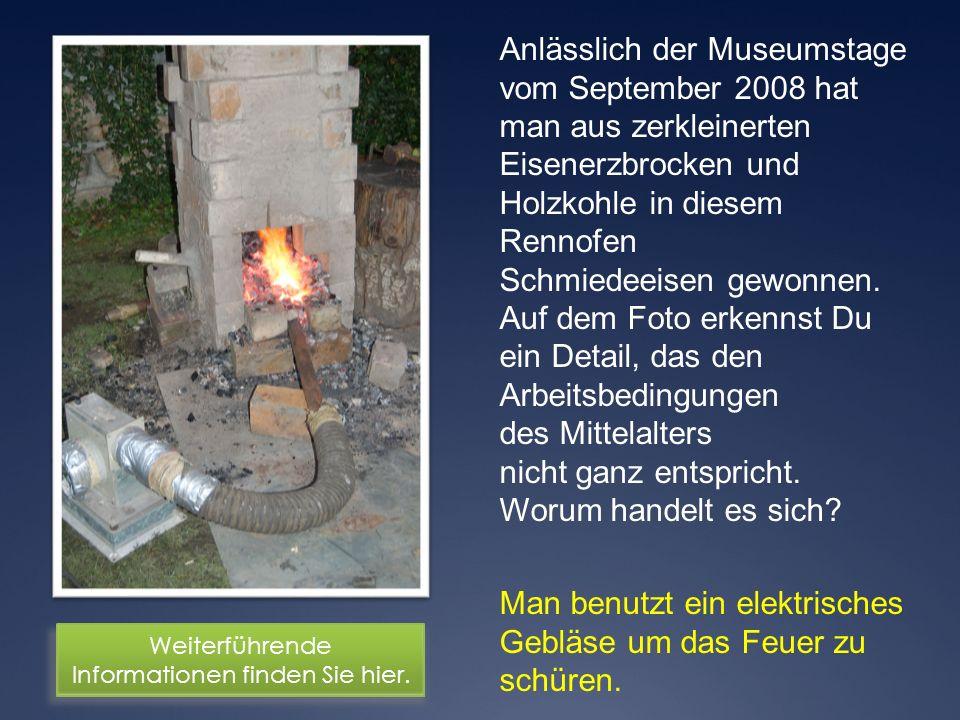 Man benutzt ein elektrisches Gebläse um das Feuer zu schüren. Anlässlich der Museumstage vom September 2008 hat man aus zerkleinerten Eisenerzbrocken