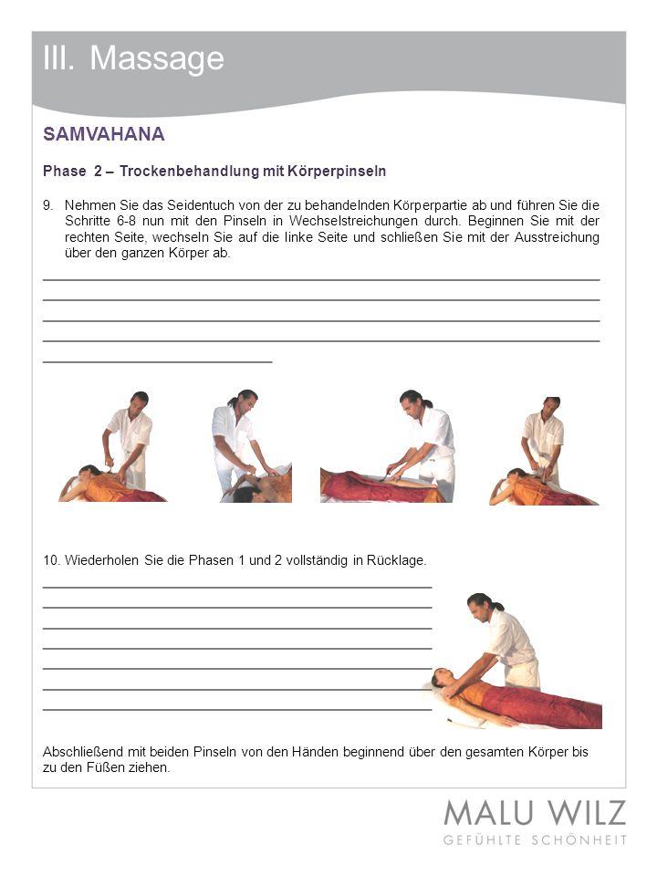 III. Massage SAMVAHANA Phase 2 – Trockenbehandlung mit Körperpinseln 9. Nehmen Sie das Seidentuch von der zu behandelnden Körperpartie ab und führen S