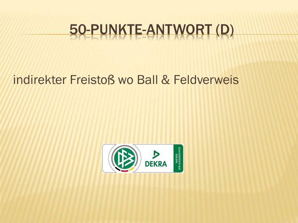 Während das Spiel läuft, beleidigt ein Angreifer den Schiedsrichter-Assistenten wegen einer seiner Meinung nach nicht erfolgten Foulspielanzeige.