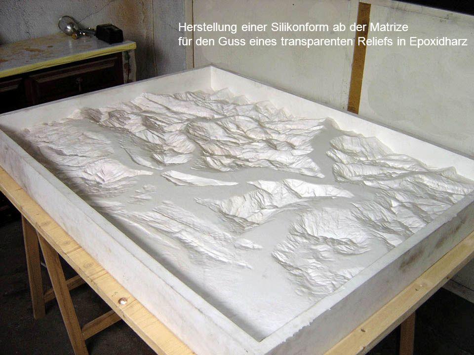Herstellung einer Silikonform ab der Matrize für den Guss eines transparenten Reliefs in Epoxidharz