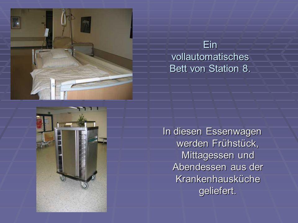 Ein vollautomatisches Bett von Station 8. In diesen Essenwagen werden Frühstück, Mittagessen und Abendessen aus der Krankenhausküche geliefert.