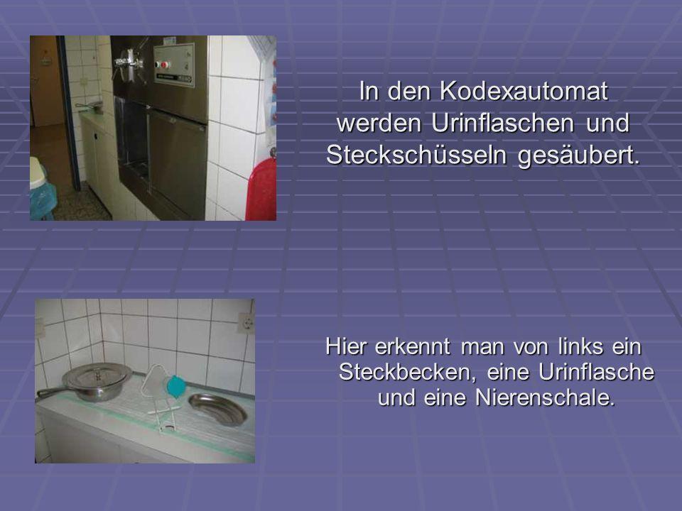 In den Kodexautomat werden Urinflaschen und Steckschüsseln gesäubert. Hier erkennt man von links ein Steckbecken, eine Urinflasche und eine Nierenscha
