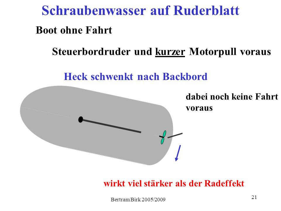 Bertram Birk 2005/2009 21 Heck schwenkt nach Backbord Steuerbordruder und kurzer Motorpull voraus Schraubenwasser auf Ruderblatt Boot ohne Fahrt dabei