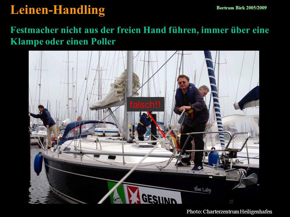 39 Festmacher nicht aus der freien Hand führen, immer über eine Klampe oder einen Poller Leinen-Handling Photo: Charterzentrum Heiligenhafen falsch!!