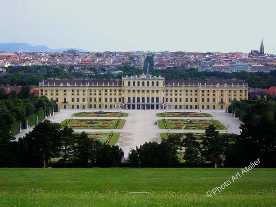 Das Schlosstheater, das bereits vor dem Krieg zum Möbeldepot verkommen war, wurde ab 1919 wieder vom Burgtheater bespielt, was man jedoch aus finanzie