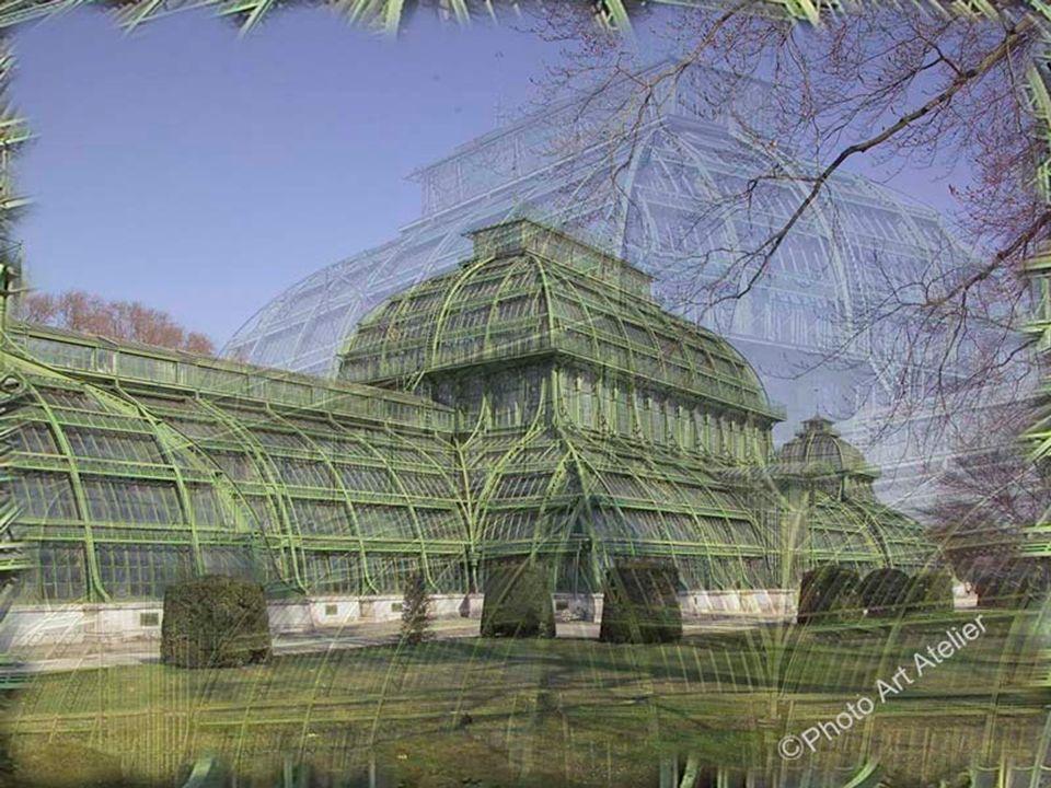 Palmenhaus Eine weitere Hauptattraktion im Schlosspark ist das Palmenhaus. Es wurde von Kaiser Franz Joseph I. 1880 bei seinem Hofarchitekten Franz Xa