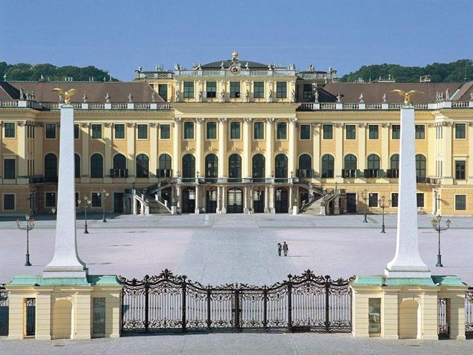 Maria Theresias Sommersitz Karl VI. war selbst an Schönbrunn wenig interessiert, schenkte es jedoch seiner Tochter Maria Theresia, die das Anwesen zum