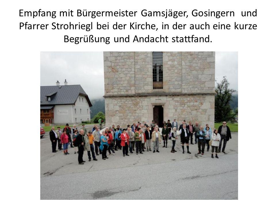Empfang mit Bürgermeister Gamsjäger, Gosingern und Pfarrer Strohriegl bei der Kirche, in der auch eine kurze Begrüßung und Andacht stattfand.