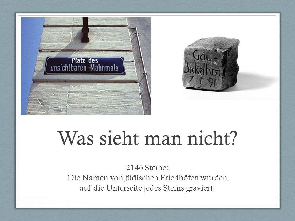 Was sieht man nicht? 2146 Steine: Die Namen von jüdischen Friedhöfen wurden auf die Unterseite jedes Steins graviert.