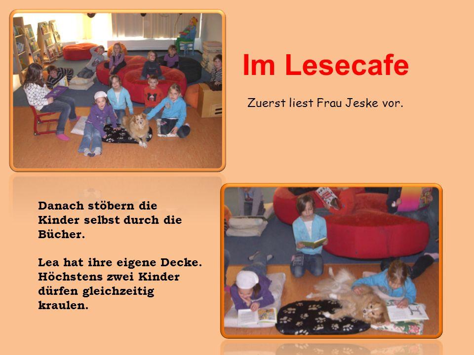 Im Lesecafe Zuerst liest Frau Jeske vor. Danach stöbern die Kinder selbst durch die Bücher. Lea hat ihre eigene Decke. Höchstens zwei Kinder dürfen gl