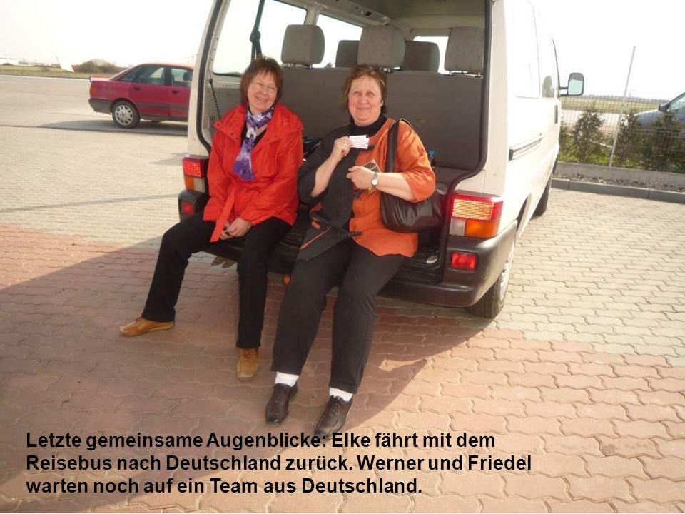 Letzte gemeinsame Augenblicke: Elke fährt mit dem Reisebus nach Deutschland zurück.